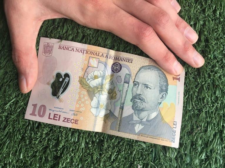 O bancnotă de 10 lei identificată cu Cash reader