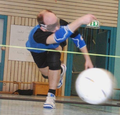 Jucător care lansează o mingie de Torball